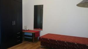 Giường trong phòng chung tại Porat Apartments
