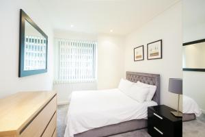 Ein Bett oder Betten in einem Zimmer der Unterkunft Horizon Canary Wharf Apartments