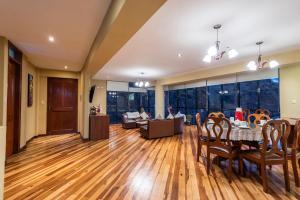 Un restaurante o sitio para comer en Espacioso confortable apartamento familia