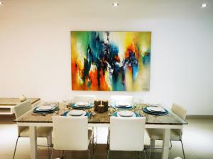 A restaurant or other place to eat at Sansuri Residence Apartments