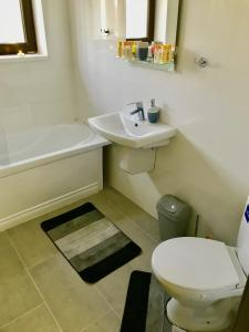 A bathroom at Music Apartment