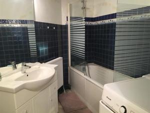 A bathroom at Apartment Location appartement arcachon, 2 pièces, 4 personnes