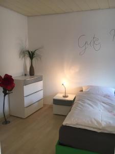 A bed or beds in a room at Gemütliches Appartement nähe Zentrum mit Küche