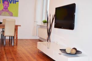 Una televisión o centro de entretenimiento en Berlinappart - Mitte Apartments