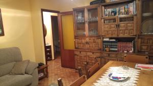 piso amplio de tres habitaciones, salon, cocina completa y baño. Muy buena ubicacion