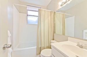 A bathroom at Copley Garrison