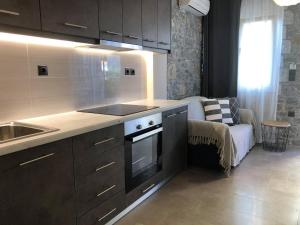 A kitchen or kitchenette at Gera Bay Studios And Apartments
