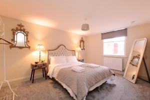 A bed or beds in a room at Ranmoor Serviced Apartments at Glossop Road