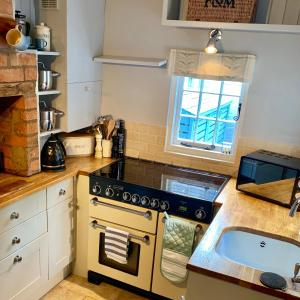 A kitchen or kitchenette at Town Centre Stratford Upon Avon Sonnet Cottage