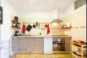 A kitchen or kitchenette at ALMAHOME