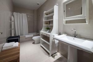 A bathroom at Habitat Apartments Alibei