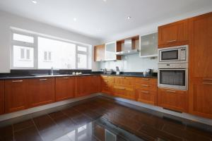 A kitchen or kitchenette at Sweet Inn - Marble Arch