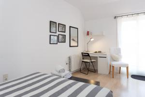 A bed or beds in a room at Sunny Sagrada - Barcelona