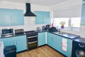 A kitchen or kitchenette at Ednyfed South Stack Road