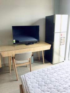 A television and/or entertainment center at Tripporo