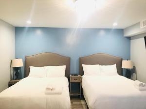 A bed or beds in a room at Zen House Suites Mercedes Benz