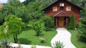 A garden outside Bella Holiday Home