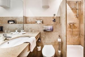 A bathroom at BURNS Apartments