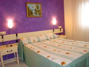 A bed or beds in a room at Pensión Mariaje