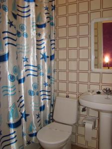 A bathroom at Pensión Mariaje