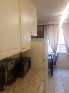 Una cocina o zona de cocina en Toronto Furnished Living