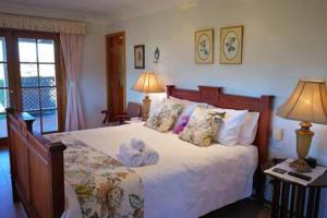 A bed or beds in a room at Blueberry Hill Vineyard Stay- Rose Room