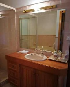 A bathroom at Blueberry Hill Vineyard Stay- Rose Room