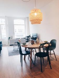 A restaurant or other place to eat at Light spacious apartment