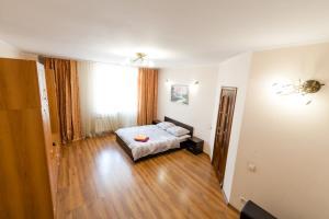 Una cama o camas en una habitación de Квартира 53