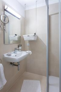 A bathroom at Getreidegassen Appartements