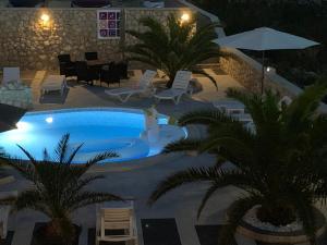 Výhled na bazén z ubytování Apartments Roxsi nebo okolí