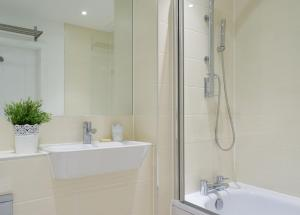 A bathroom at 2 Bedroom Riverside Flat in Greenwich with Large Balcony