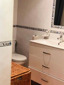 A bathroom at Apartamentos la Nogalera