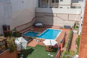 A view of the pool at SUPER DUPLEX IFEMA - AEROPUERTO or nearby