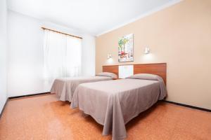 Een bed of bedden in een kamer bij Apartamentos las Góndolas