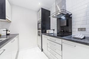 Küche/Küchenzeile in der Unterkunft Stunning Spacious 2 Bed 2Bath Kensington SW7 Apartment