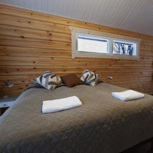 מיטה או מיטות בחדר ב-Holiday Village Inari