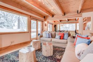 A seating area at Homey Incline Retreat