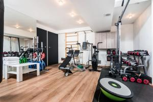 The fitness center and/or fitness facilities at Stunning Villa ! Pool Gym Sauna Garden Garage