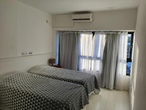 A bed or beds in a room at Apartamento no Ondina Apart Hotel