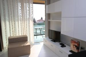 TV a/nebo společenská místnost v ubytování Kristal Paris Apartments