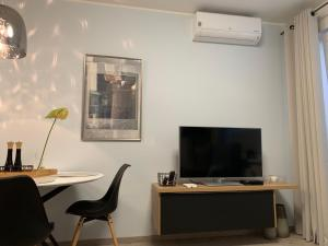 Televízia a/alebo spoločenská miestnosť v ubytovaní The Town Hall Residence -Welcome Home Apartment -free parking -A/C