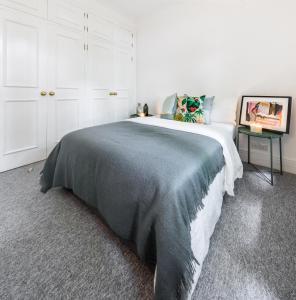 Cama ou camas em um quarto em Kensington Church Street Apartment
