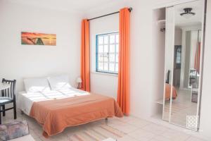 A bed or beds in a room at Apartamentos Sereia da Oura