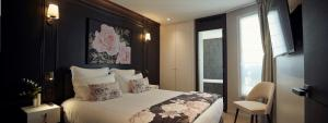 A bed or beds in a room at Roi de Sicile - Rivoli