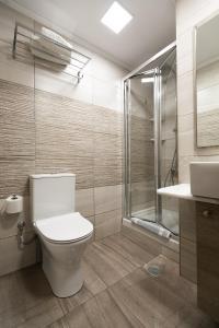 A bathroom at Amalia City Rooms