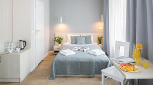 A bed or beds in a room at Apartamenty Platinia