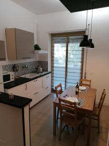 A kitchen or kitchenette at Chroma Italy - Doctor House