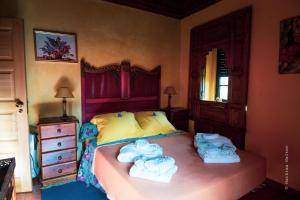 A bed or beds in a room at Casa Aloes Quinta das Mil Flores