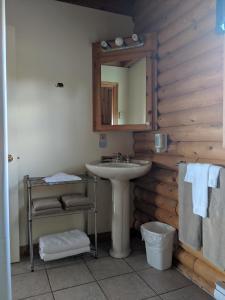 A bathroom at Smith Rock Chalets